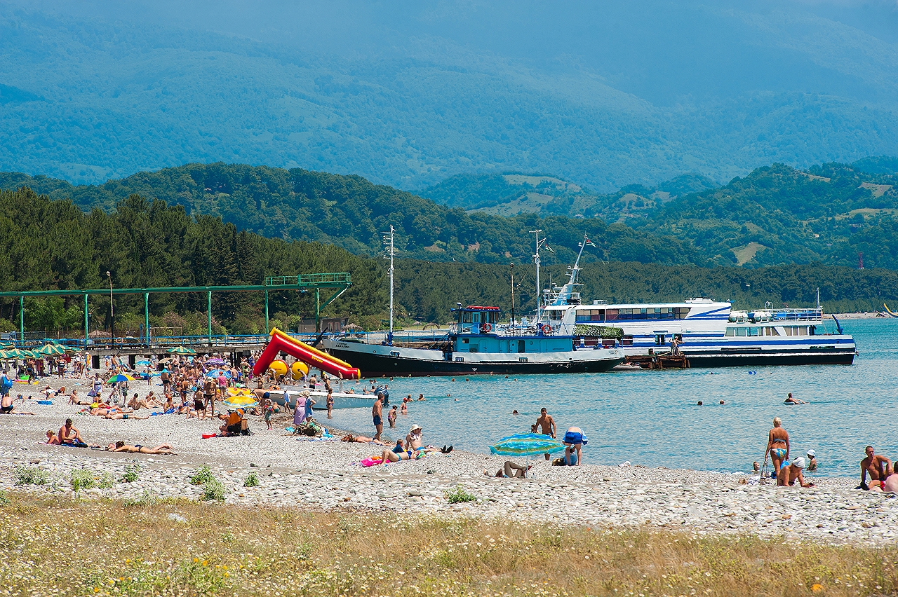 про олигарха абхазия фото пляжей с детьми известен